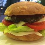Hamburger di manzo (300gr.) con patate al rosmarino insalata e pomodori